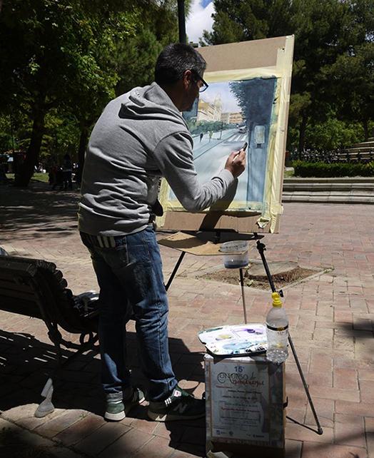 Artistas y con la carpeta silla en pleno proceso creativor.