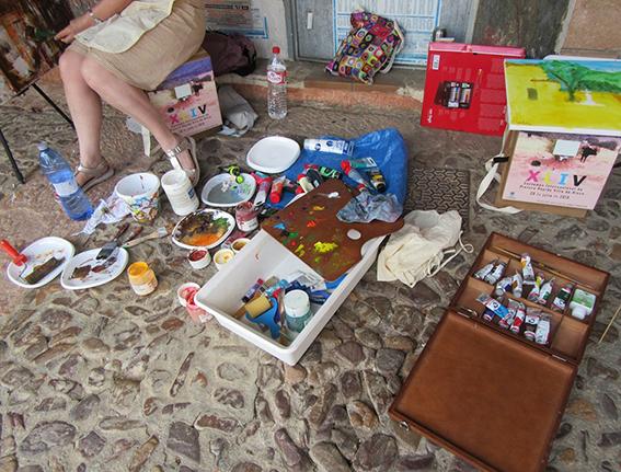Artista con su Carpeta Silla, realizando su obra.