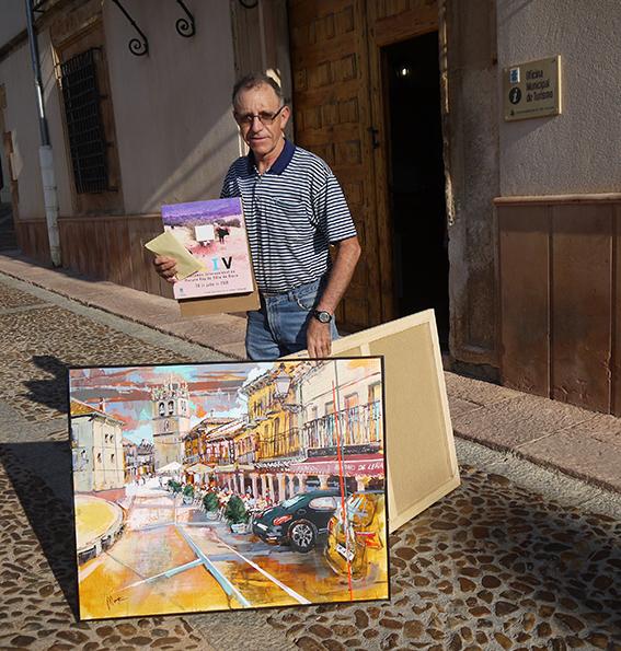 Artista con su Carpeta Silla, y su obra.