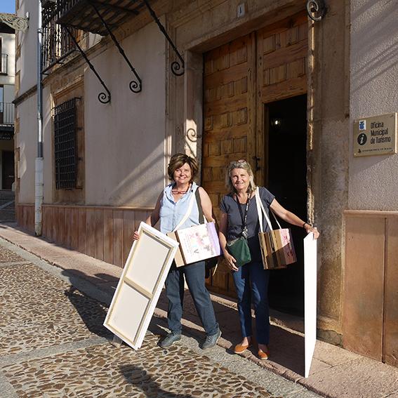 Artistas con su Carpeta Silla, preparados para empezar a pintar.