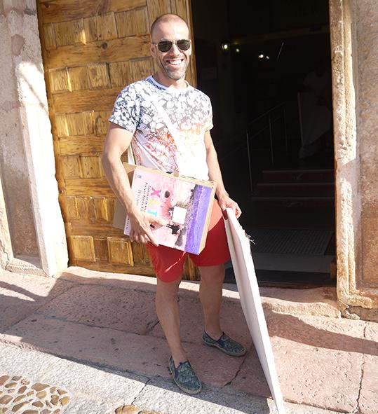 Artista con su Carpeta Silla, preparado para empezar a pintar.