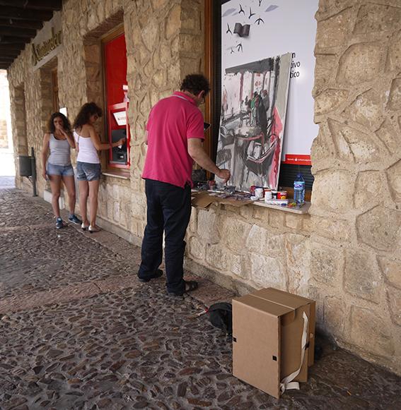 Artista con su Carpeta Silla, realizando su obra..